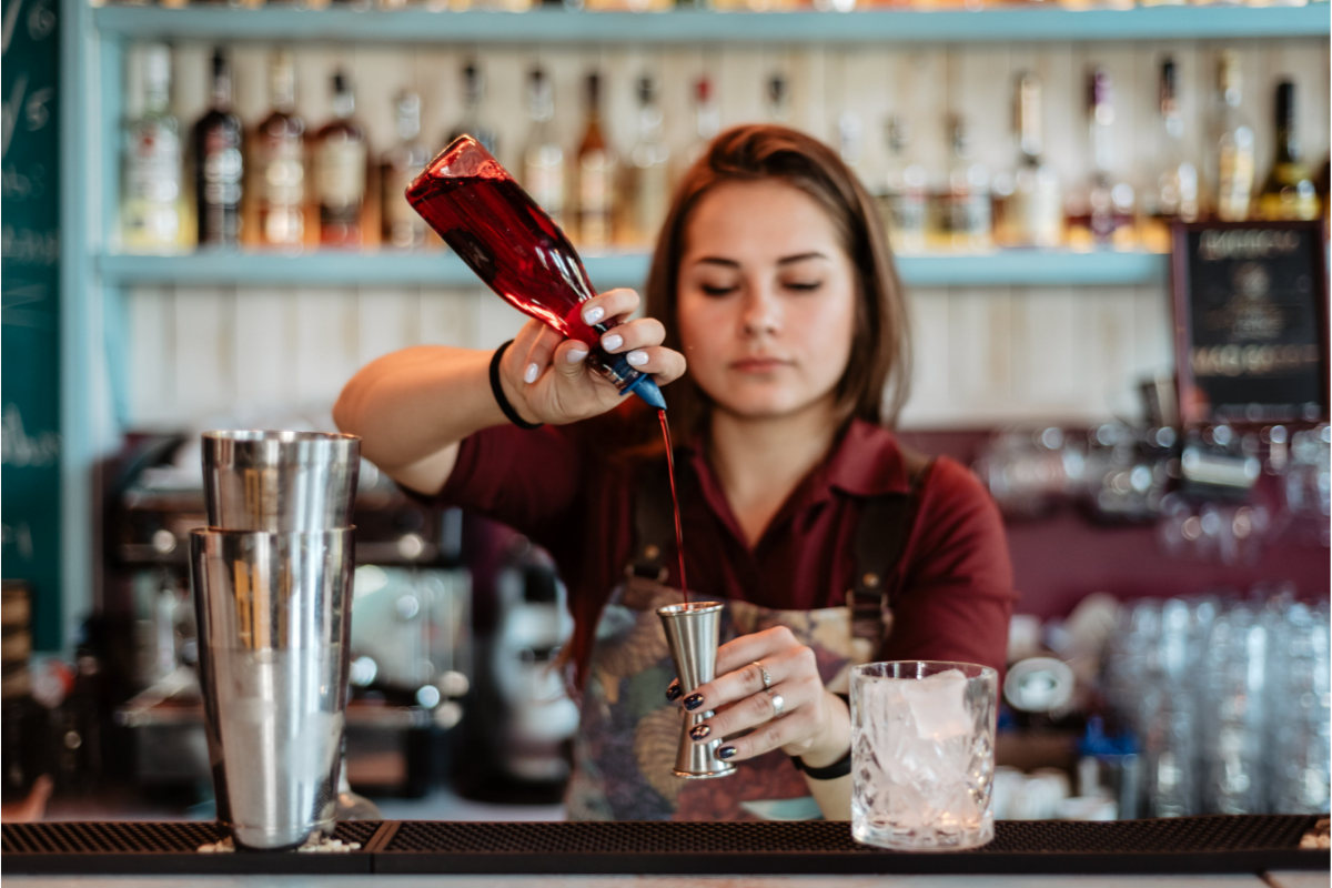girl filling the cocktail in glass